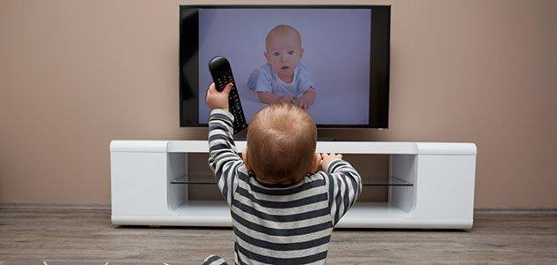 Bebé ve la tele