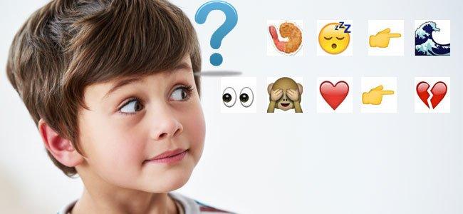 Niño mira emoticonos