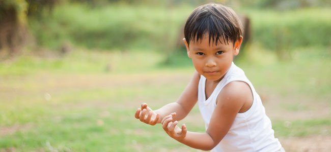 Niño hace kung fu