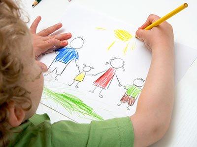 Niño pinta dibujo