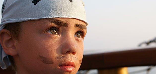 niño de pirata mira al horizonte