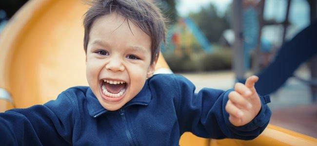 Niño juega en tobogán