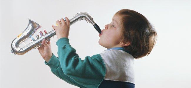 Niño toca el saxo