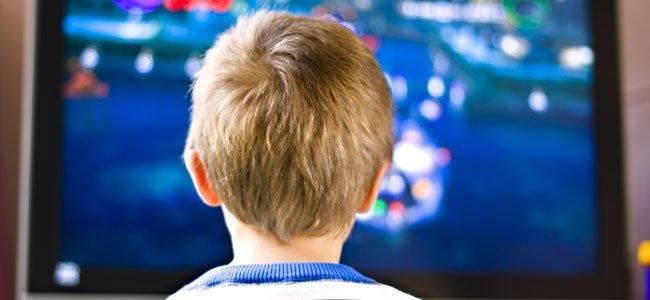 Niño ve la tele