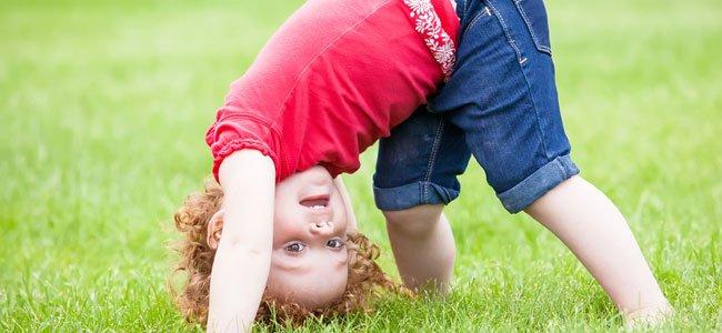 Enseñar a los niños a hacer volteretas