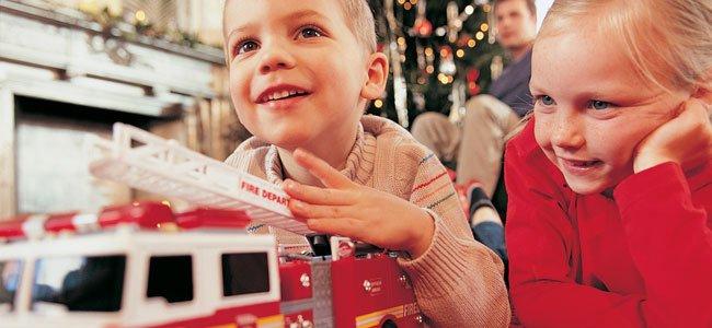 Niños juegan con camión