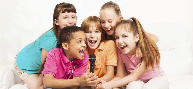 Niños cantan karaoke