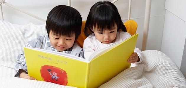 Niños chinos leen cuento