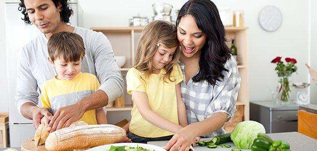 Niños cocinan con sus padres