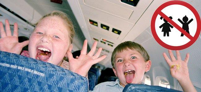 Niños con señal de prohibido niños