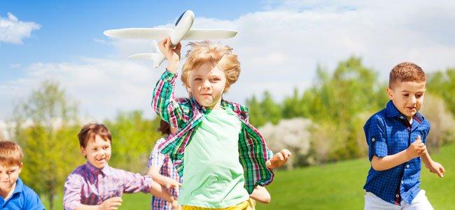 Niño con avión corre