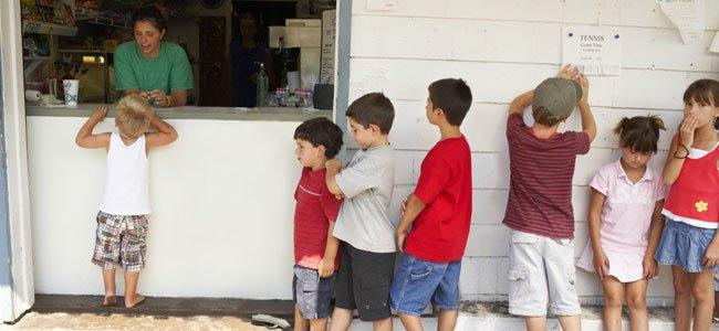 Niños esperan cola