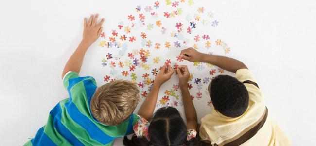 Niños hacen puzzle