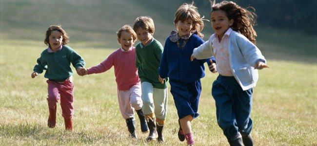 Niños juegan al aire libre