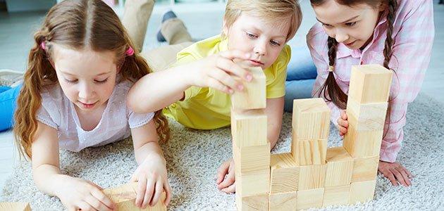 Niños juegan con construcciones