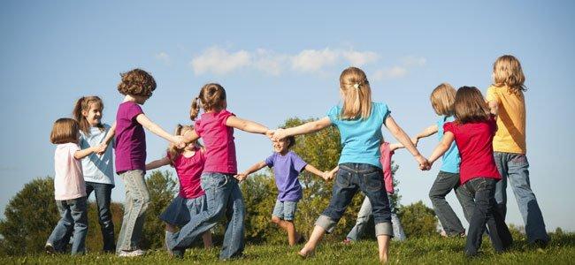 Niños juegan al corro