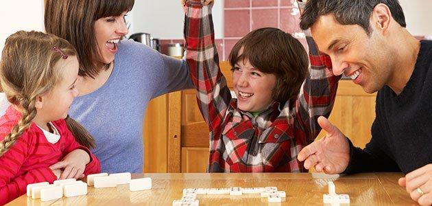 Niños juegan con sus padres en casa