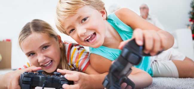 Niños juegan a la maquinita