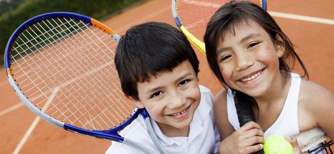 Niños juegan al tenis