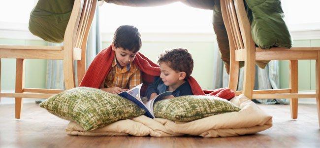 Niños leen bajo las sillas