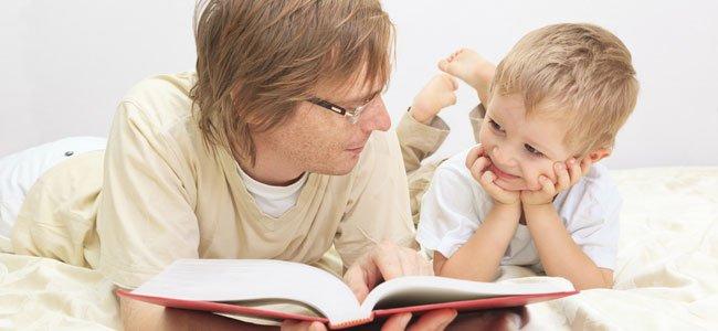 Padre lee un cuento a niño