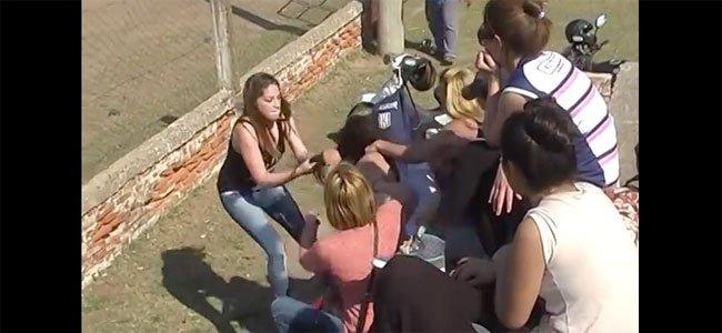 Madres se pelean en un partido de fútbol infantil