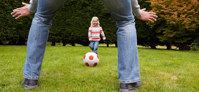 Jugar al fútbol con los niños