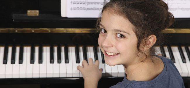 Niña toca el piano
