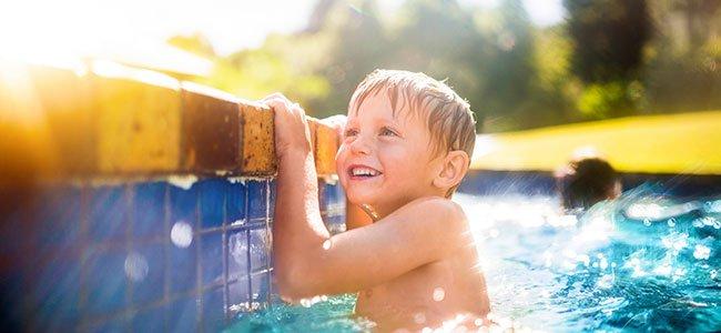 bebe y niña con su madre en la piscina