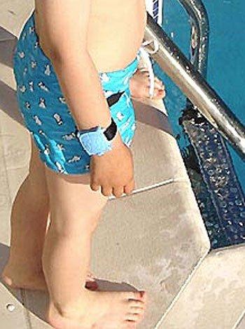 Niños vigilados en la piscina