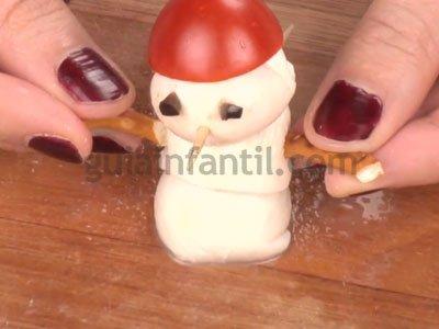 Canapés navideños con forma de muñeco de nieve. Paso 3