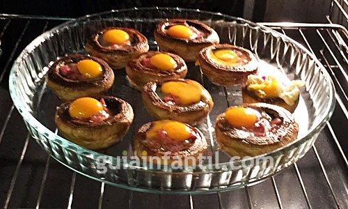 Receta de champiñones rellenos de jamón y huevo. Paso 5