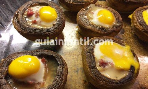 Receta de champiñones rellenos de jamón y huevo. Paso 6