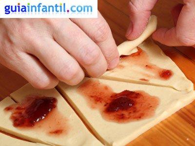 Croissants rellenos para niños. Paso 2