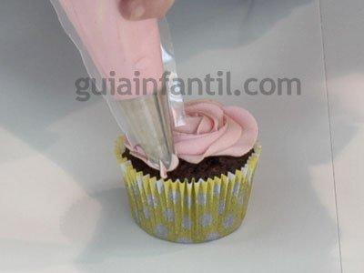 Cómo hacer un cupcake con forma de rosa. Paso 3