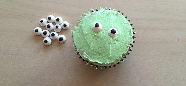 Cupcake con forma de momia. Paso 6