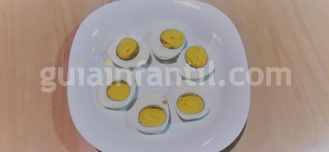 Huevos rellenos con forma de muñeco de nieve. Paso 1