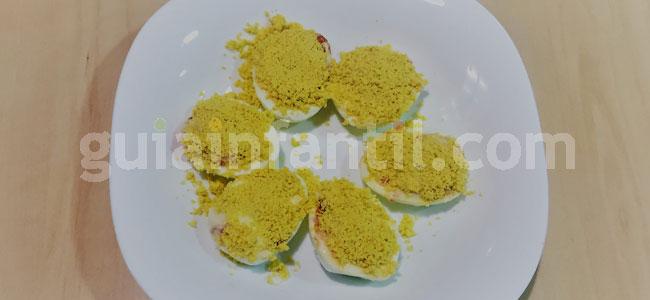 Huevos rellenos con forma de muñeco de nieve. Paso 3