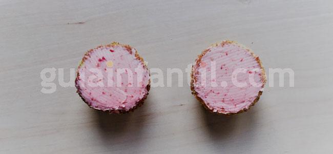 Jardineras de cupcakes de rosas y fresas. Paso 4