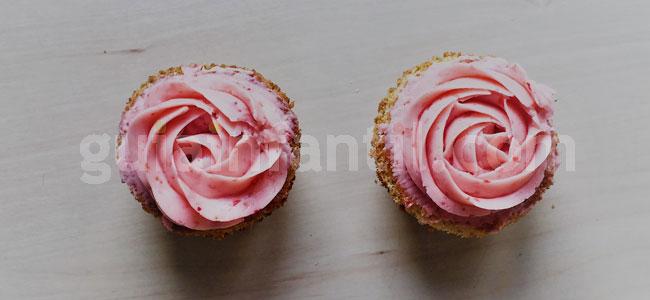 Jardineras de cupcakes de rosas y fresas. Paso 5