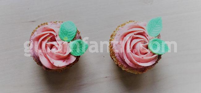 Jardineras de cupcakes de rosas y fresas. Paso 6