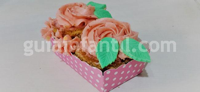 Jardineras de cupcakes de rosas y fresas. Paso 7