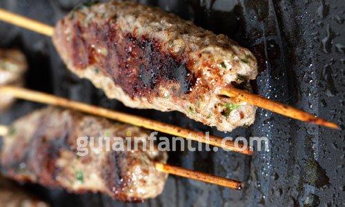 Cómo freír las brochetas de carne o kofta