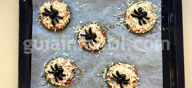 Mini pizza con arañas para Halloween. Paso 5