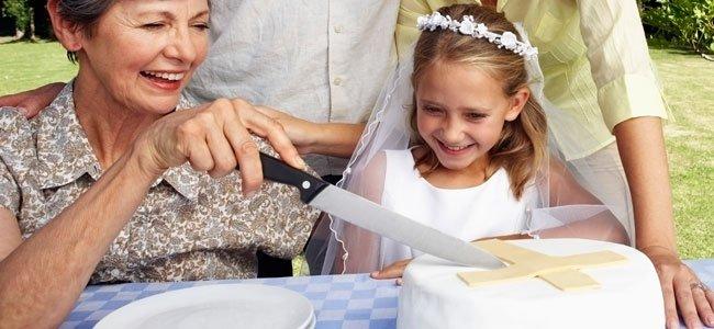 Niña de comunión parte tarta