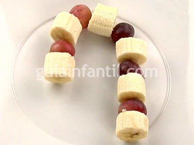 Bastón de caramelo con uva y plátano. Paso 3