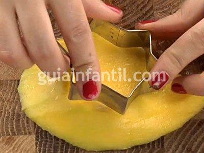Brocheta de estrella con mango. Paso 1