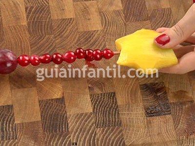 Brocheta de estrella con mango. Paso 3