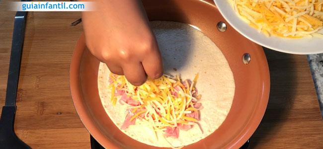 Cómo hacer quesadillas de jamón y queso. Paso 2