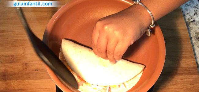 Cómo hacer quesadillas de jamón y queso. Paso 3
